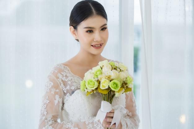 Linda noiva com buquê de flores do casamento
