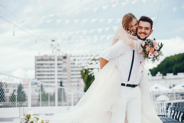 Linda noiva com o marido em um parque