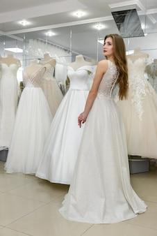 Linda noiva com vestido de noiva em salão