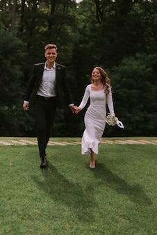 Linda noiva e noivo no parque