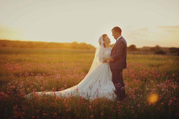 Linda noiva e noivo posando na natureza
