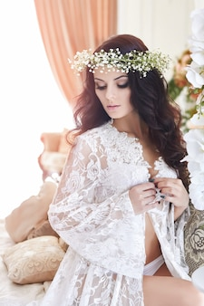 Linda noiva em lingerie e com flor de grinalda