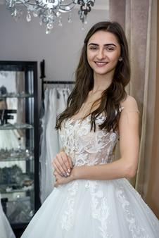 Linda noiva em salão posando com vestido de noiva