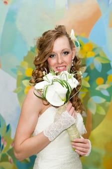 Linda noiva em um vestido branco com um buquê de lírios
