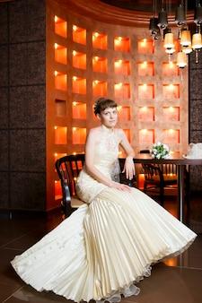 Linda noiva em um vestido de noiva no restaurante