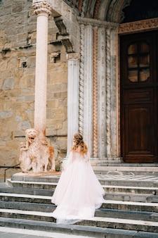 Linda noiva em um vestido longo sobe os degraus de santa maria maggiore roma itália