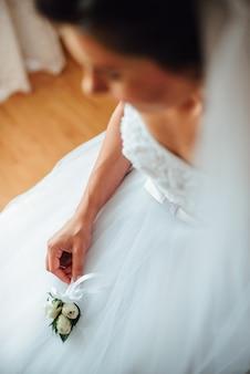 Linda noiva está se preparando no dia do casamento