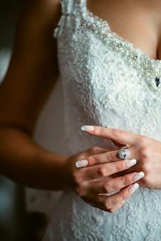 Linda noiva está usando jóias de manhã no dia do casamento