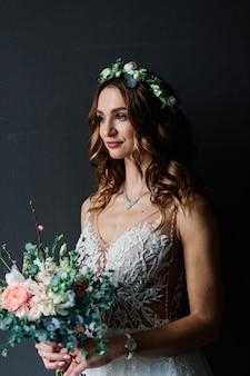 Linda noiva morena em um luxuoso vestido de noiva em um rico interior vintage