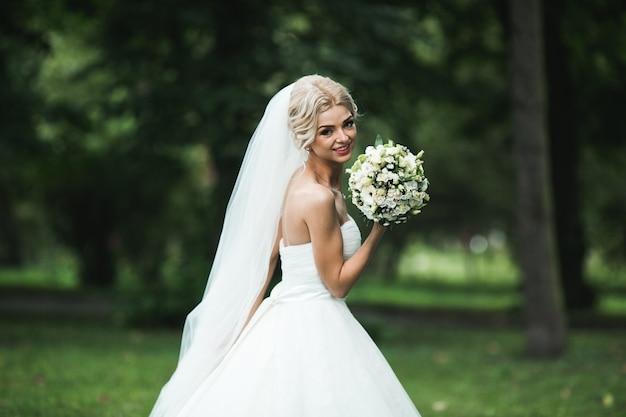 Linda noiva no parque