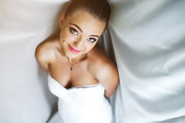 Linda noiva posando à luz do dia