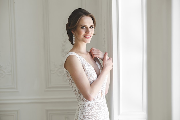 Linda noiva posando com um vestido de noiva