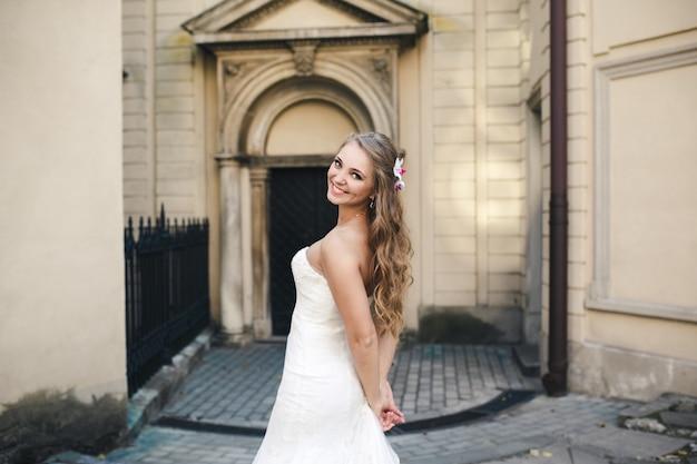 Linda noiva posando perto da igreja antiga