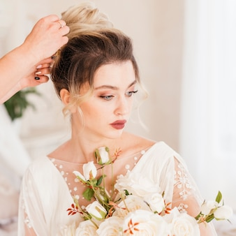Linda noiva recebendo seu cabelo feito