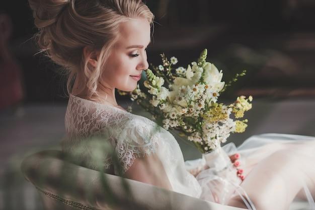 Linda noiva retrato casamento maquiagem e penteado com buquê, joias de modelo de noiva de moda e rosto de menina de beleza.