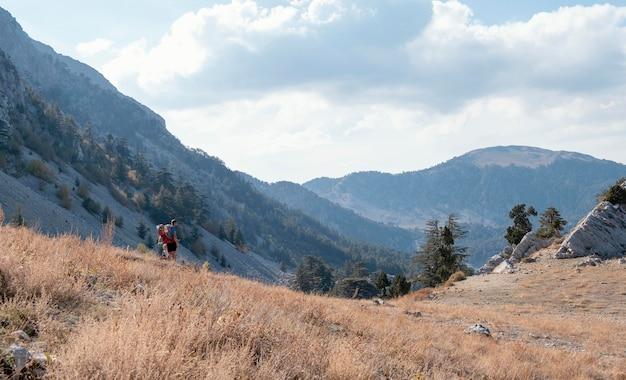 Linda paisagem com montanhas