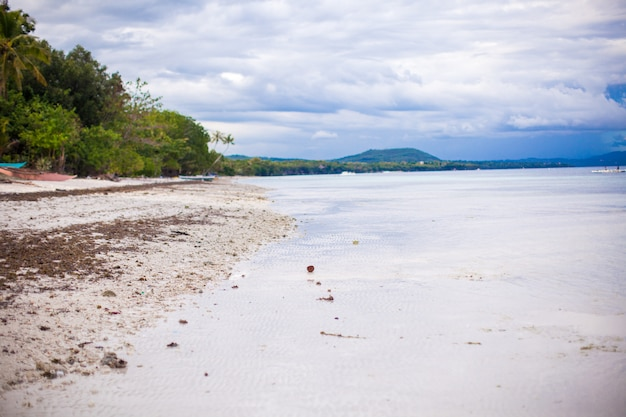 Linda paisagem limpa em uma praia paradisíaca nas filipinas