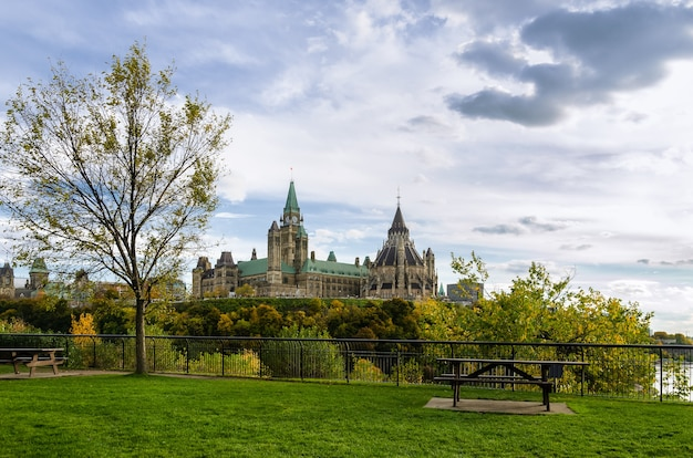 Linda parliament hill em ottawa, canadá, durante um dia nublado na temporada de outono