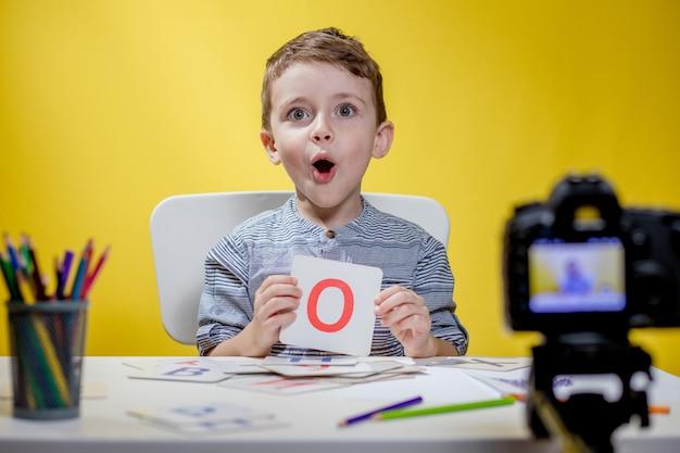 Linda pequena blogueira blogando sobre aprender o alfabeto