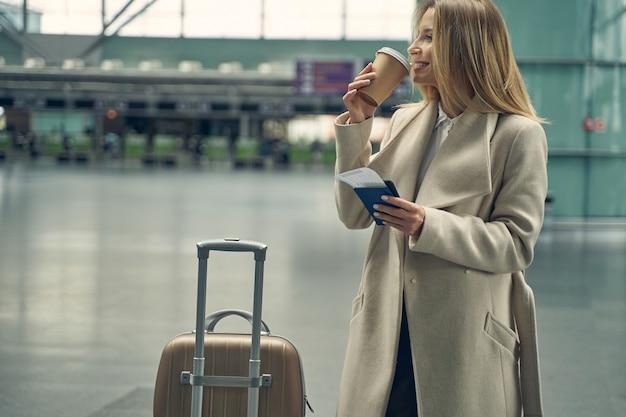 Linda pessoa feminina com um sorriso no rosto enquanto passa a manhã no aeroporto