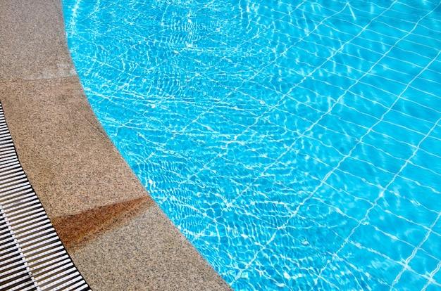 Linda piscina no hotel