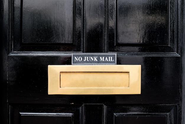 Linda porta preta com caixa de correio