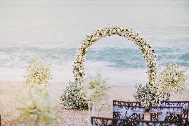 Linda praia casamento flor arco configuração para local de casamento