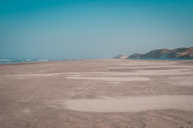 Linda praia deserta