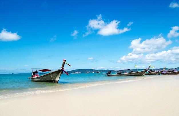 Linda praia e mar tropical