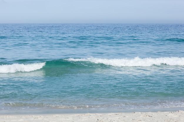 Linda praia e ondas