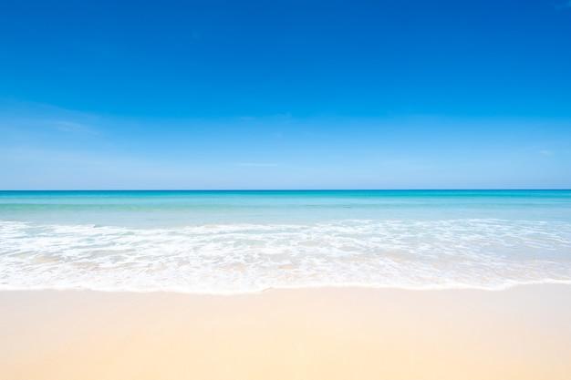 Linda praia, mar e céu azul com fundo claro