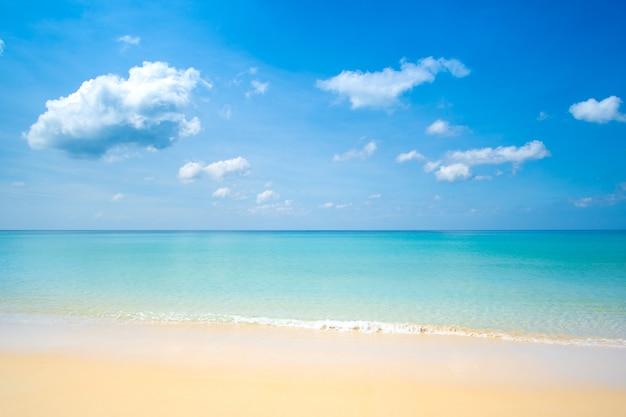 Linda praia, mar e céu azul com fundo de nuvens