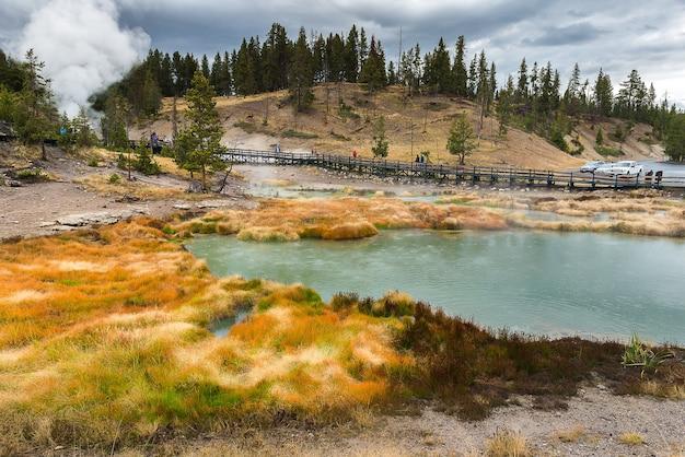 Linda primavera quente no parque nacional de yellowstone
