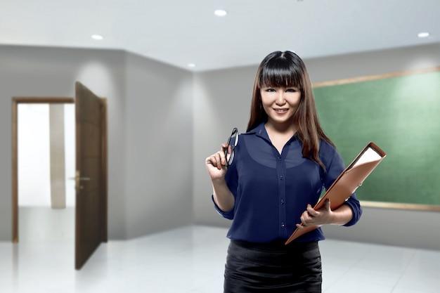 Linda professora asiática com pasta de arquivo