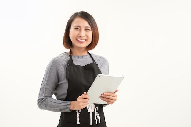 Linda proprietária usando tablet digital em branco