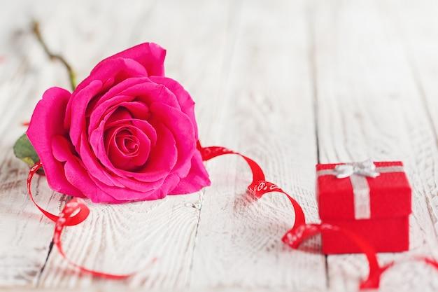 Linda rosa com caixa de presente, presente de feriado