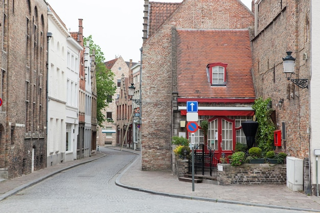Linda rua antiga em bruges, bélgica
