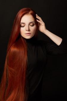 Linda ruiva com cabelo comprido. retrato de mulher perfeita. cabelo lindo e olhos profundos. beleza natural, pele limpa, cuidado facial e cabelo. cabelo forte e grosso