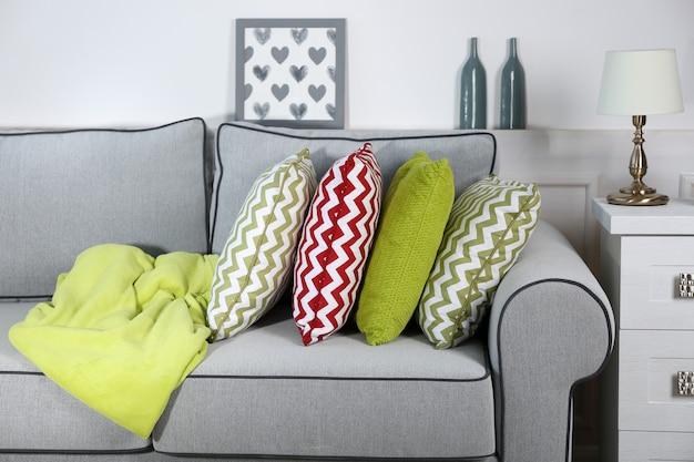 Linda sala de estar moderna com sofá cinza
