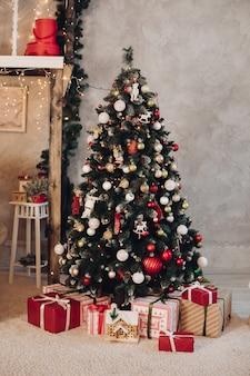 Linda sala de natal com conceito de ano novo de árvore do abeto