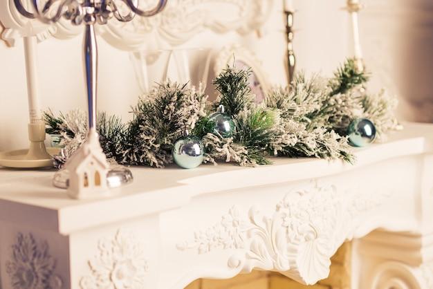 Linda sala decorada com decoração de natal. lareira de natal