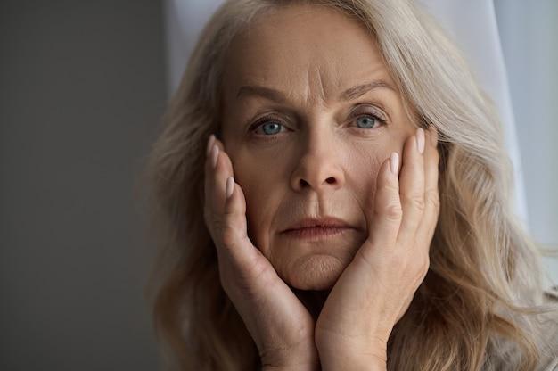 Linda senhora caucasiana madura sofrendo de depressão