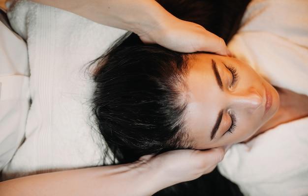 Linda senhora caucasiana relaxando durante procedimentos de spa para sua pele