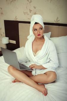 Linda senhora está trabalhando na cama