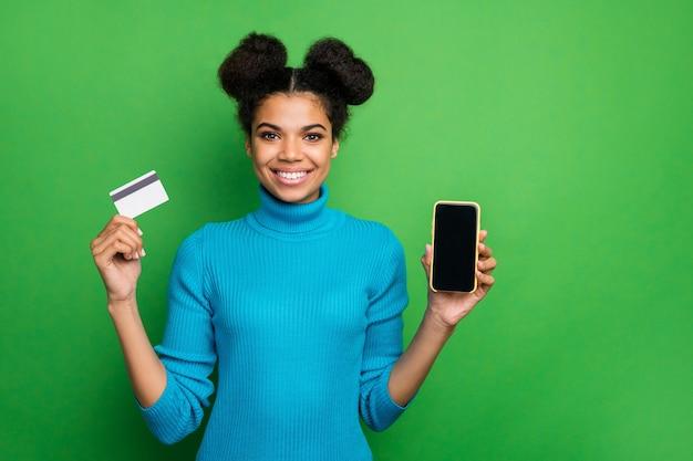 Linda senhora segurar telefone usar cartão de crédito
