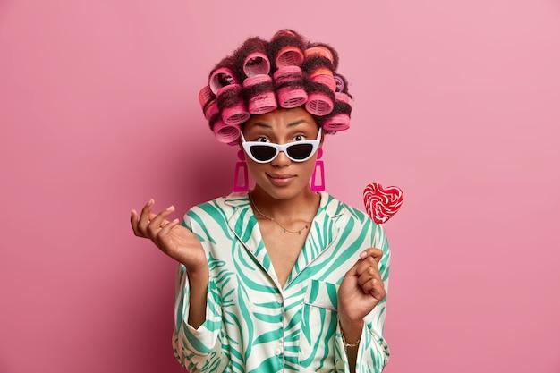 Linda senhora usando rolinhos de cabelo isolados