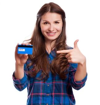 Linda simpática sorridente garota confiante mostrando o cartão vermelho na mão, isolado