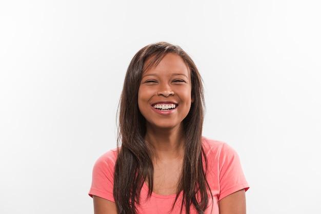 Linda sorridente adolescente em fundo branco