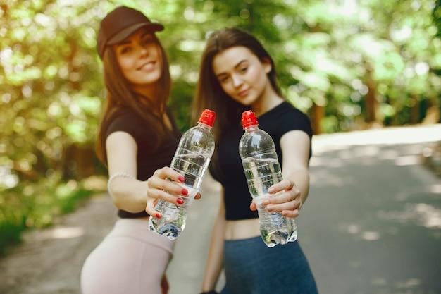 Linda sportsgirls em um parque ensolarado de verão