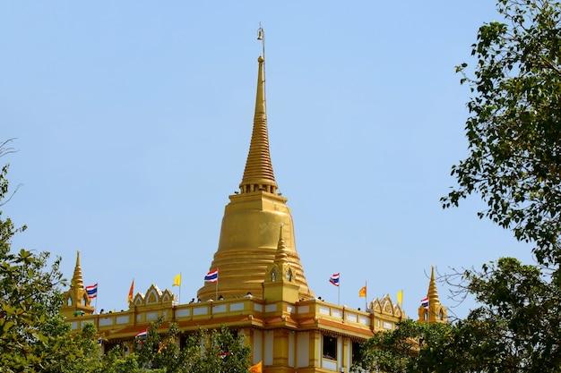 Linda stupa de phu khao thong ou monte dourado do templo wat saket, um dos marcos icônicos de bangkok, tailândia